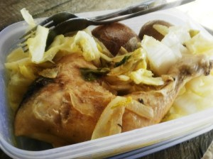 siang: 2,5 ons ayam kukus; slada ditaburi jeruk nipis; 2 kentang rebus